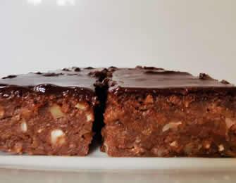 Sočni čoko kolač sa jabukama i grizom
