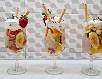 Voćni kup sa sladoledom