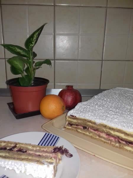 Voćna torta sa ananasom i višnjama